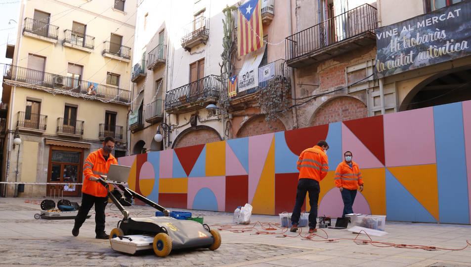 Un tècnic amb un georadar, un mètode de prospecció arqueològica no invasiu, analitzant el subsòl de la plaça de l'Oli de Valls.