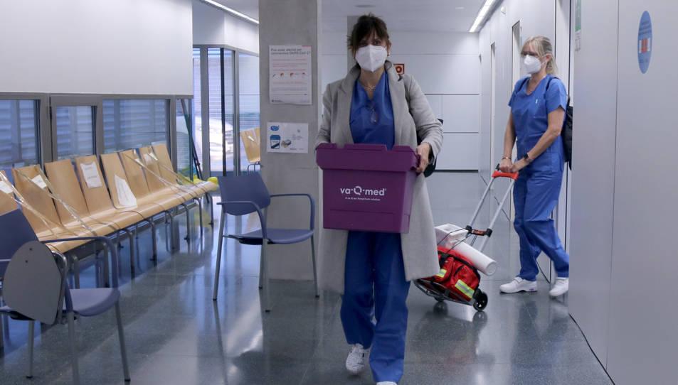 Dos professionals sanitàries traslladant les vacunes destinades a la residència de Flix.