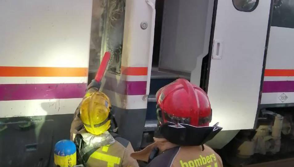 L'incendi s'ha declarat en una caixa elèctrica a l'exterior d'un vagó.