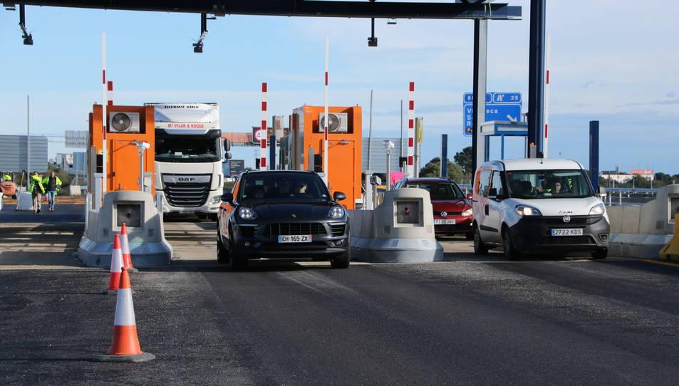 Diversos vehicles al seu pas pel nou peatge troncal de l'AP-7 entre Vila-seca i Salou.