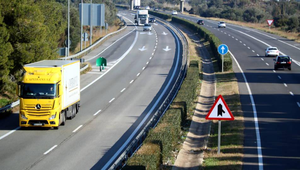 Diversos vehicles transitant l'AP-7, ja alliberada de peatges, al Baix Ebre.