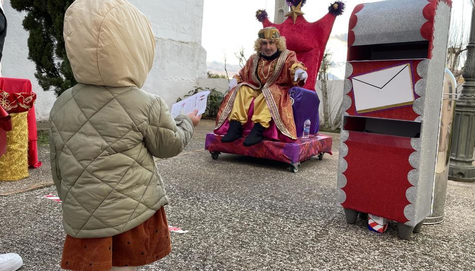 Imatge d'una nena davant el Patge Reial.