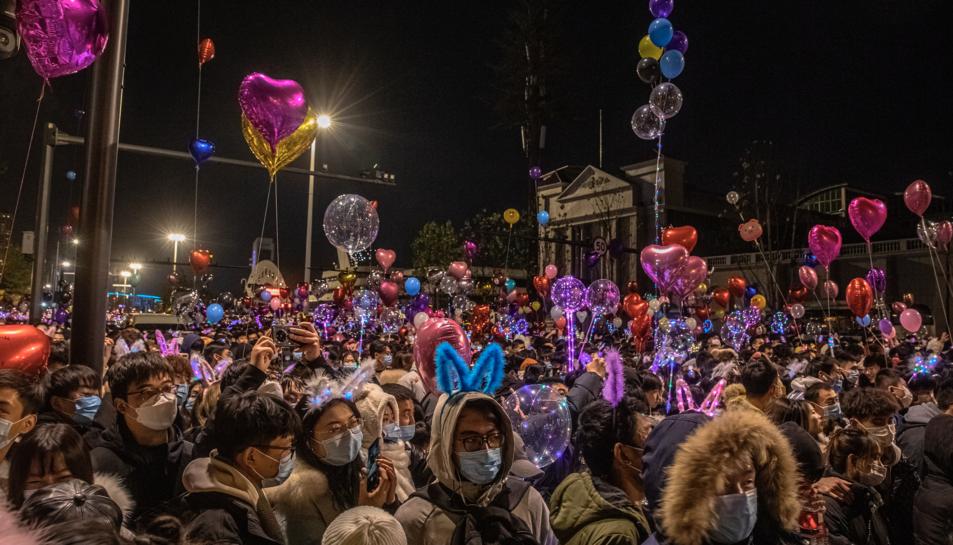 La gent celebra el nou any a Wuhan.