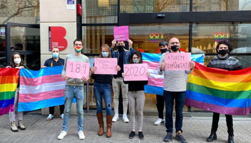 Membres de l'Observatori Contra l'Homofòbia concentrats davant el centre LGTBI de Barcelona