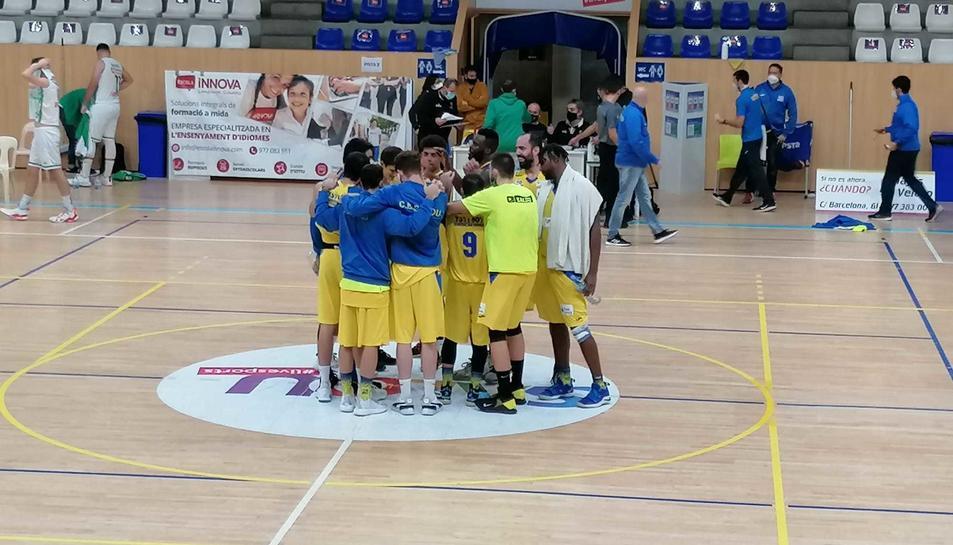 Els jugadors del Club Bàsquet Salou fan pinya.