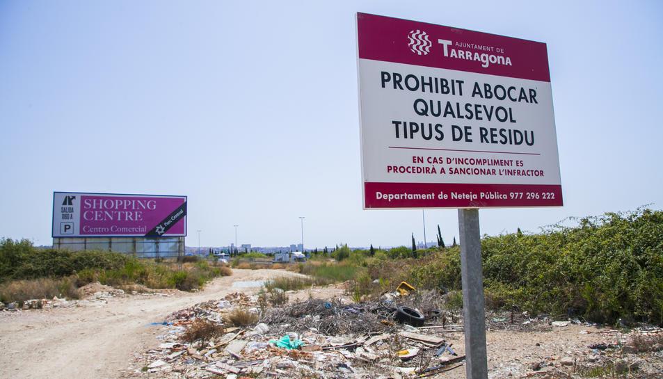Un cartell a les Gavarres per evitar que s'hi aboquin residus.