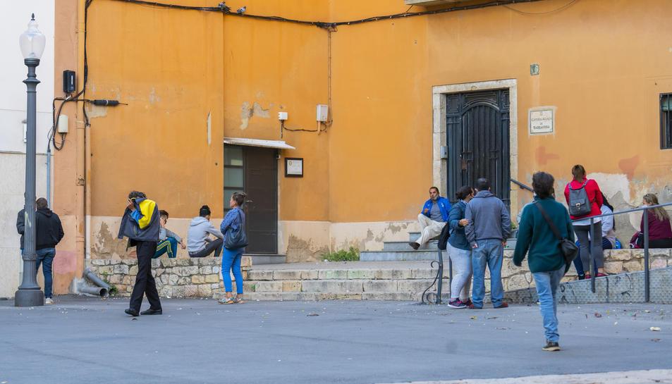 Un grup de gent esperant per recollir menjar a Càritas, en una imatge d'arxiu.