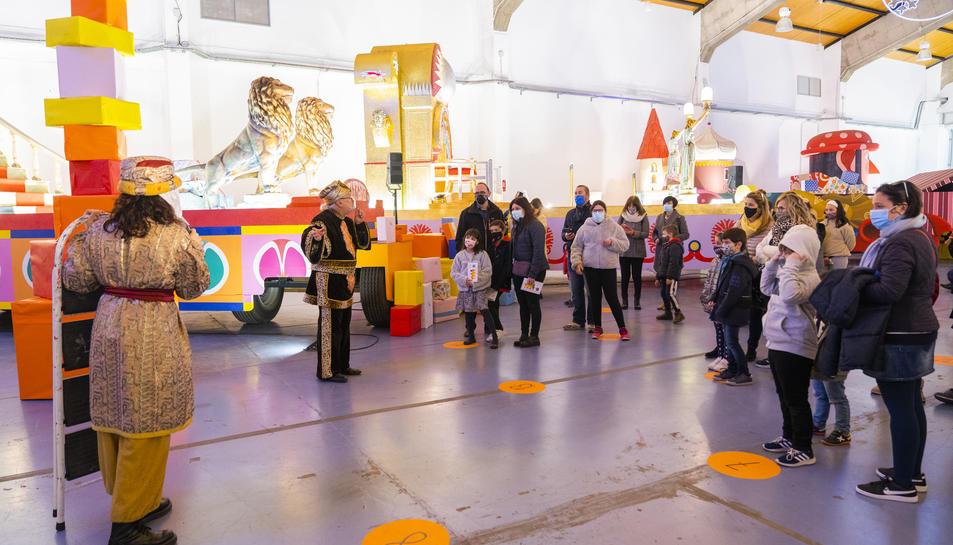 Unes enganxines al terra marquen l'espai que ha d'ocupar cada grup bombolla en la seva visita al Magatzem Reial.