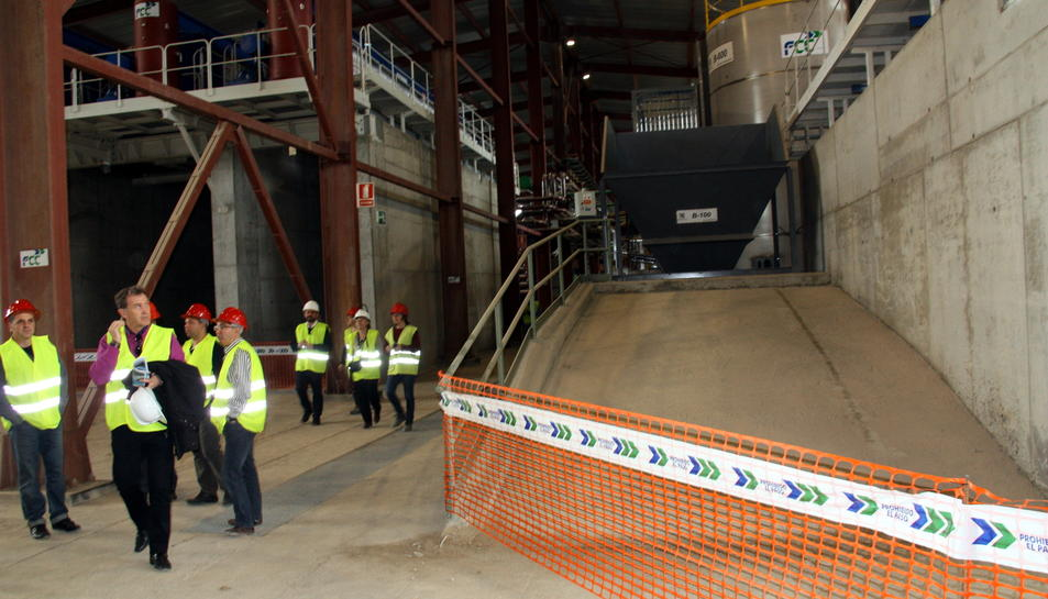 L'interior de l'edifici que alberga la planta de tractament de fangs de la descontaminació del pantà de Flix. Imatge del 7 de març de 2013.