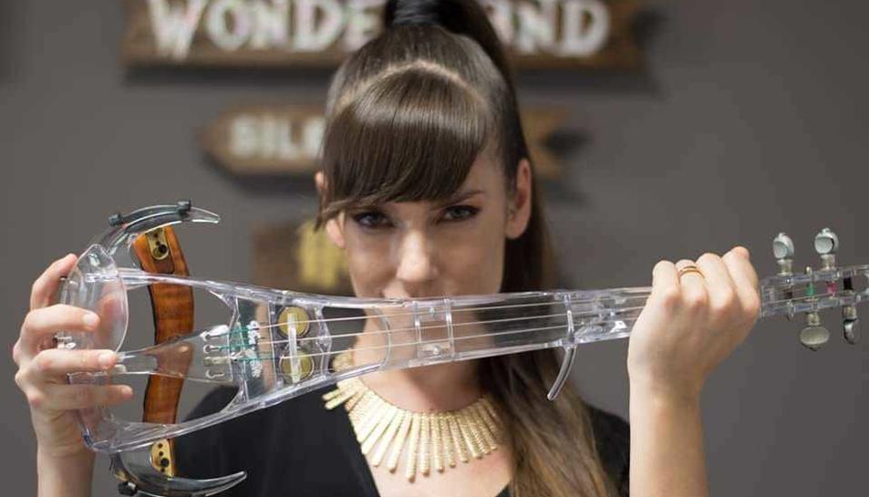 Astrid Torrente amb el seu intrument: el violí transparent.