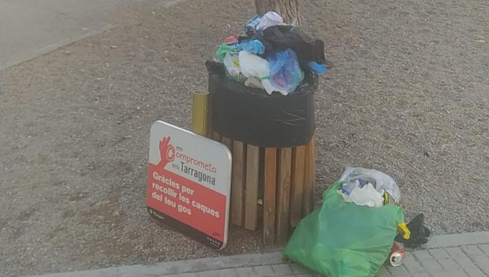Deixalles apilades al parc Rodríguez de la Fuente, a la Granja.