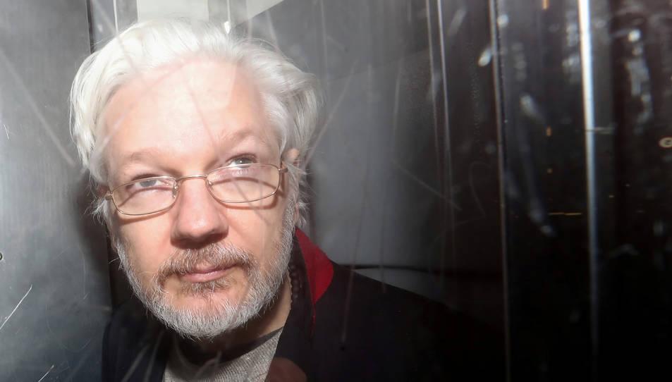 Imatge d'arxiu del fundador de WikiLeaks, Julian Assange, sortint dels jutjats a Londres.