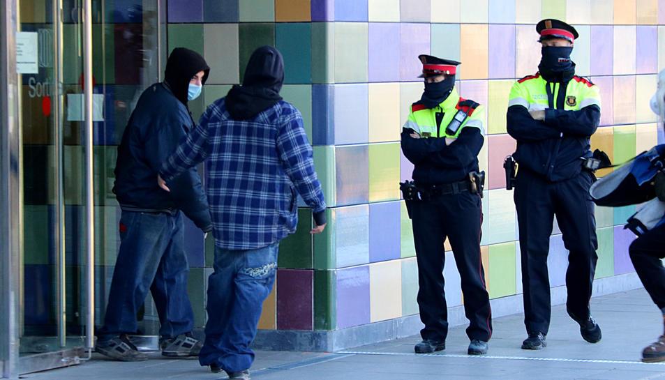 Un dels detinguts per la 'rave' de Llinars del Vallès sortint dels jutjats de Granollers.