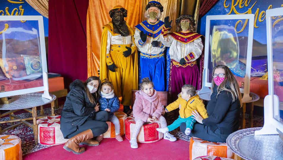 Alguns infants i els seus familiars ahir amb els patges que van viatjar fins a Vila-seca per recollir les missives adreçades als Reis d'Orient.