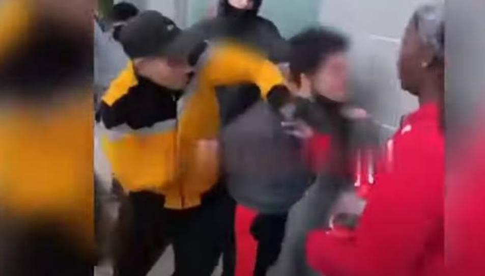 Captura del vídeo penjat a xarxes de l'agressió.