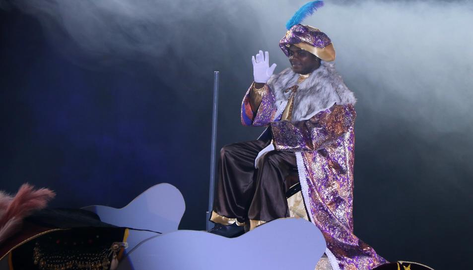 Pla sencer del rei Baltasar saludant el públic a la seva entrada al pavelló de Ferreries de Tortosa.