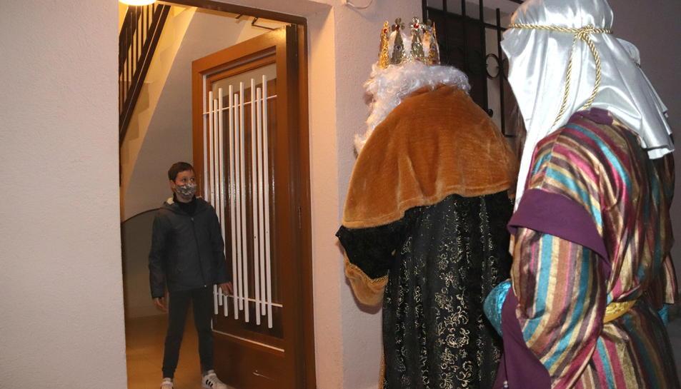 Pla obert d'un nen que obre la porta al Rei Melcior, a Torredembarra.