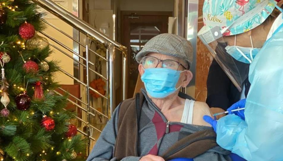 Un dels residents del centre de Roda rebent la vacuna.