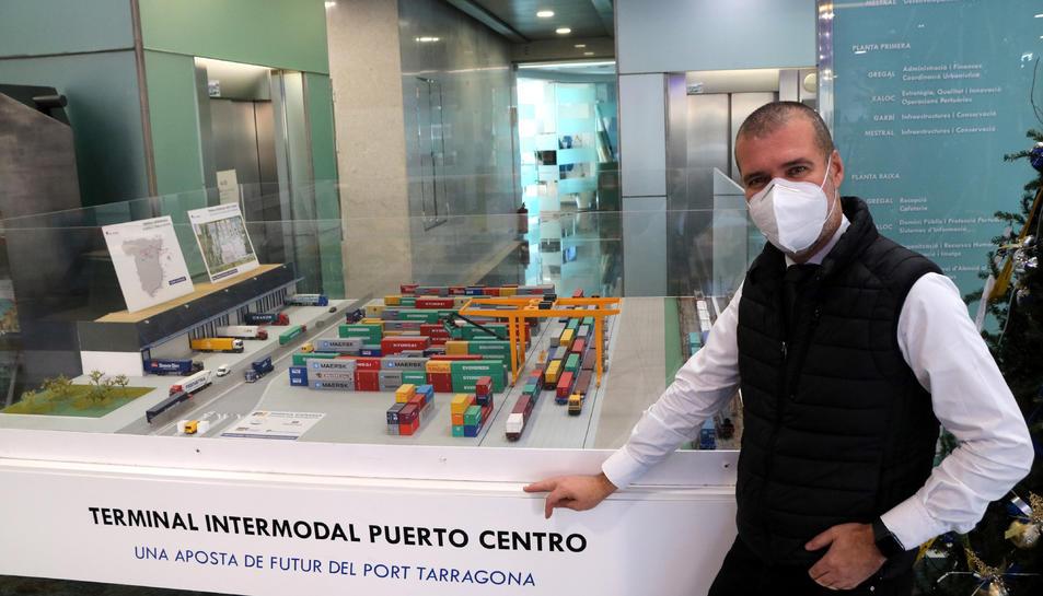 El president del port de Tarragona, Josep Maria Cruset, al costat d'una maqueta de la futura terminal intermodal Puerto Centro a Guadalajara.