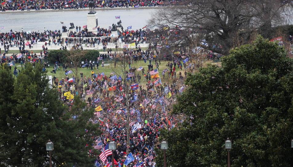 Pla general dels seguidor pro-Trump en el moment en què han assaltat el Capitoli.