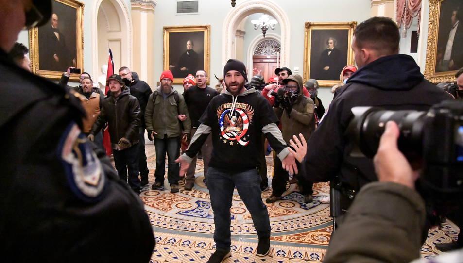 Un dels manifestants a l'interior del Capitoli dels Estats Units.