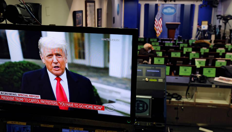 Donald Trump fent declaracions en un monitor de televisió des de la sala d'informació de la Casa Blanca, després de l'assalt al Capitoli.