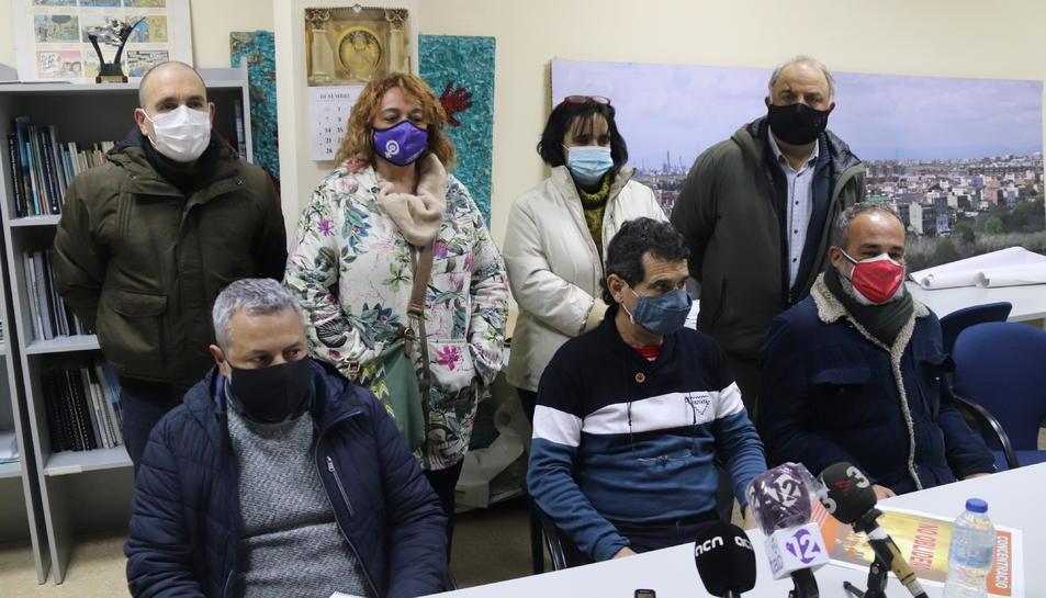 Pla mitjà de representants veïnals i sindicals, en la roda de premsa de presentació de la concentració del proper 14 de gener per demanar més seguretat a la petroquímica.