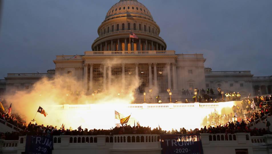 Explosió causada per una munició policial mentre els partidaris del president dels Estats Units, Donald Trump, es reuneixen davant l'edifici del Capitoli.
