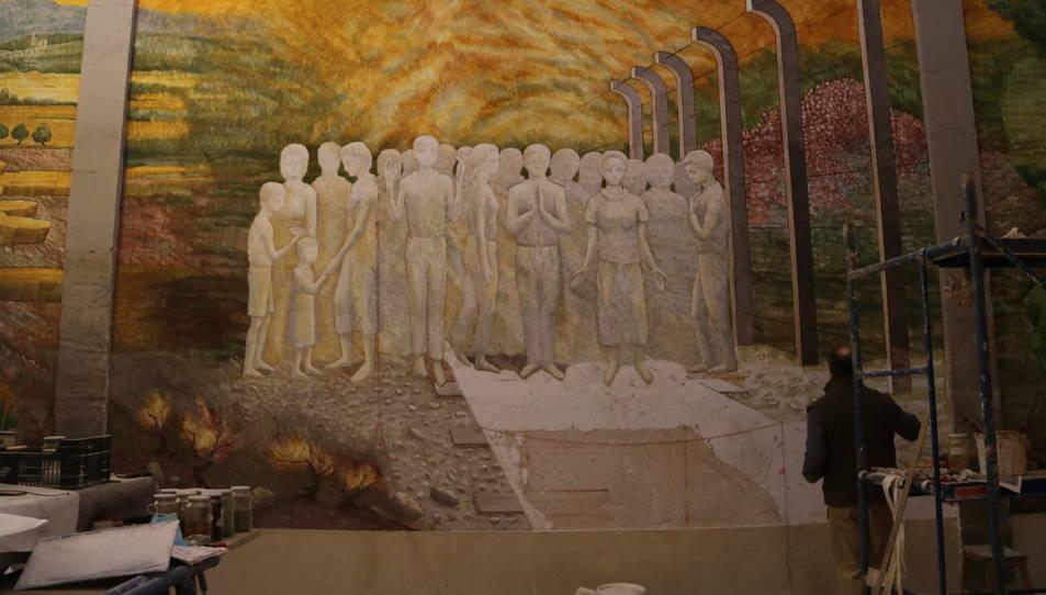 L'artista Josep Minguell enllestint una de les pintures murals al fresc a Santa Coloma.