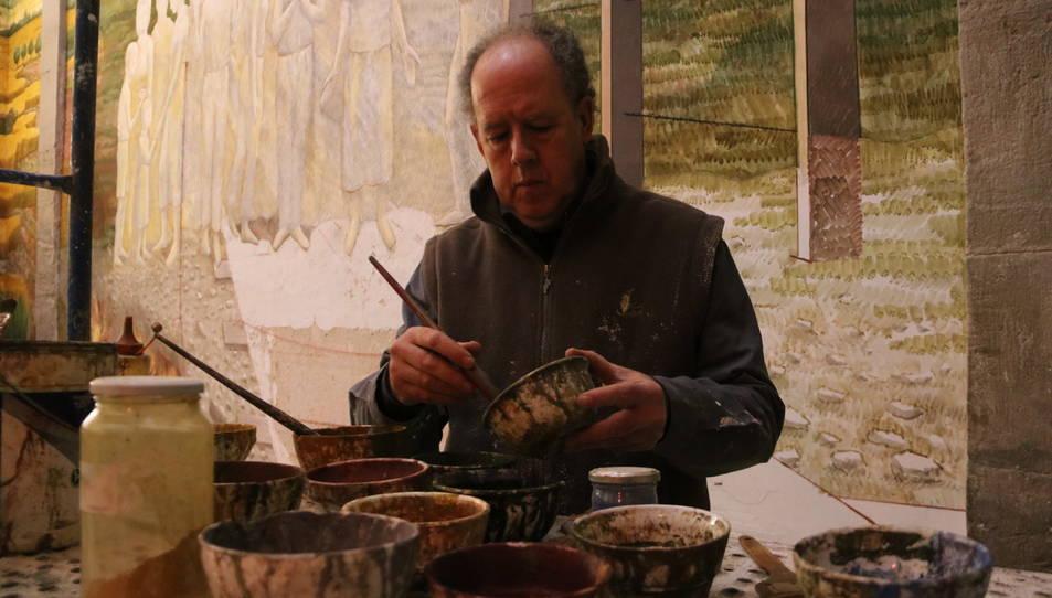Artista Josep Minguell treballant en una de les pintures murals al fresc pintades a l'església parroquial de Santa Coloma de Queralt.