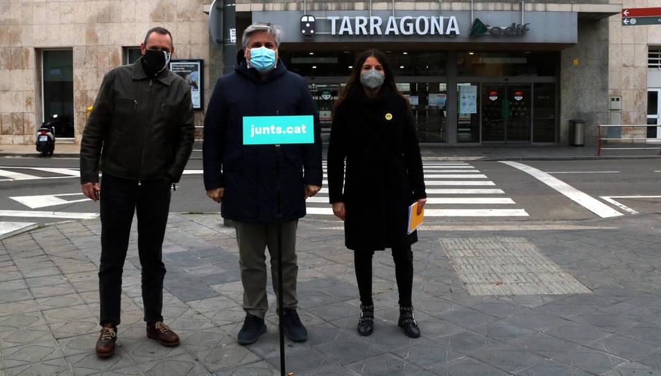 Pla general dels candidats de JxCat per la demarcació de Tarragona el 14-F, d'esquerra a dreta, Eusebi Campdepadrós, Albert Batet i Mònica Sales, davant l'estació de Tarragona.