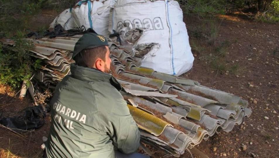 Los restos de uralita se encontraba en un terreno a la intemperie y no disponían de vallado perimetral ni otras medidas de seguridad.