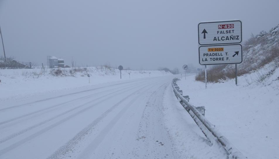 La carretera d'accés a Falset completament nevada.