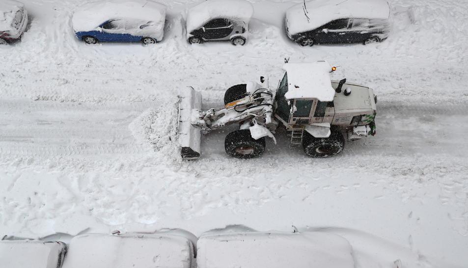 Una màquina treu la neu d'un dels carrers de Madrid.