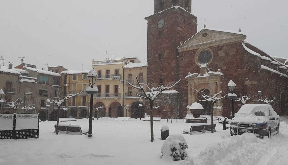 La nevada continua aquest diumenge a Prades, opn hi ha gairebé mig metre de neu a algunes zones.