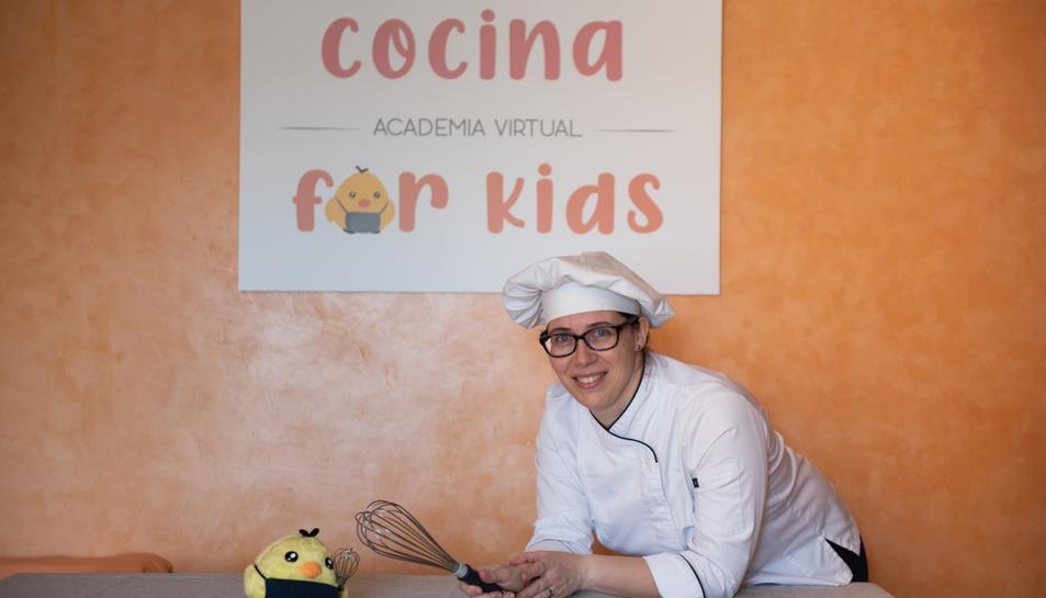 Alba Molas, directora de l'acadèmia Cocina for Kids, amb el pollet Peter.
