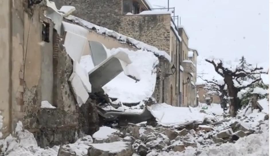 Imatge de l'estat en què ha quedat l'edifici després d'ensorrar-se el sostre.