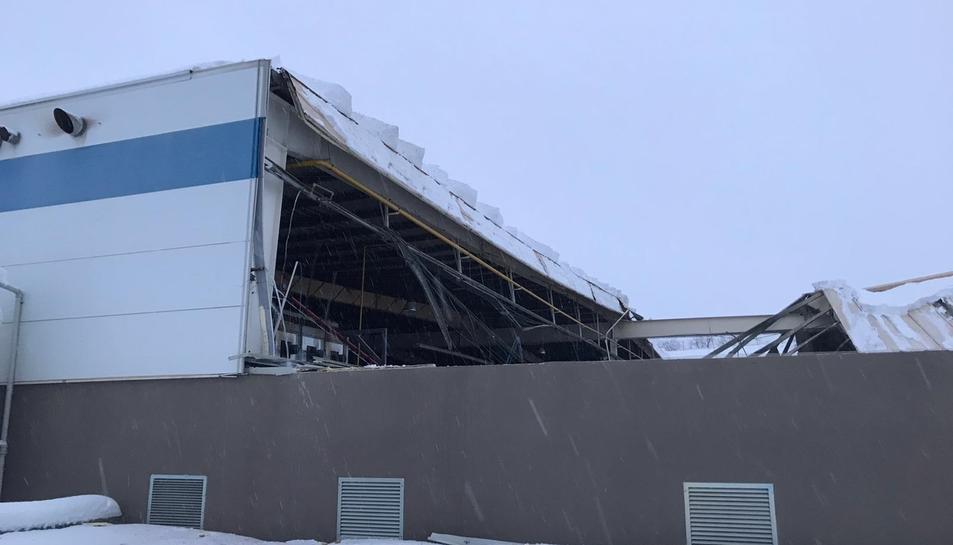La nau esfondrada parcialment al polígon industrial de Falset.