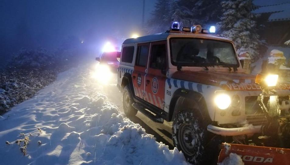 Vehicles de Protecció Civil de Montblanc actuant en un camí nevat.