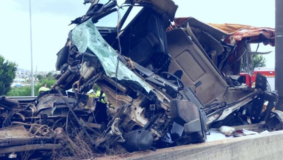 Estat en què va quedar el camió després de l'accident.