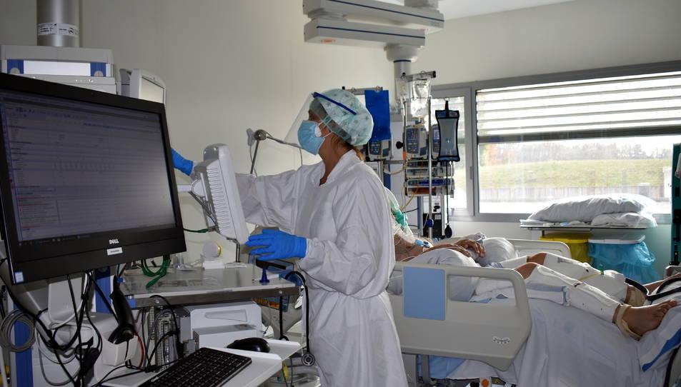 Un dels boxs de l'UCI de l'hospital Santa Caterina de Salt amb un pacient ingressat per coronavirus.