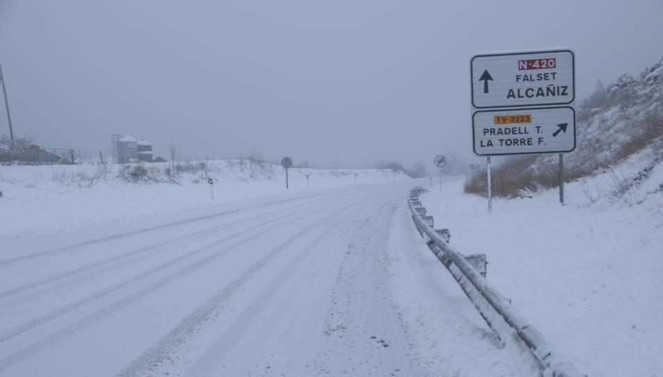 Pla de la carretera d'accés a Falset completament nevada.