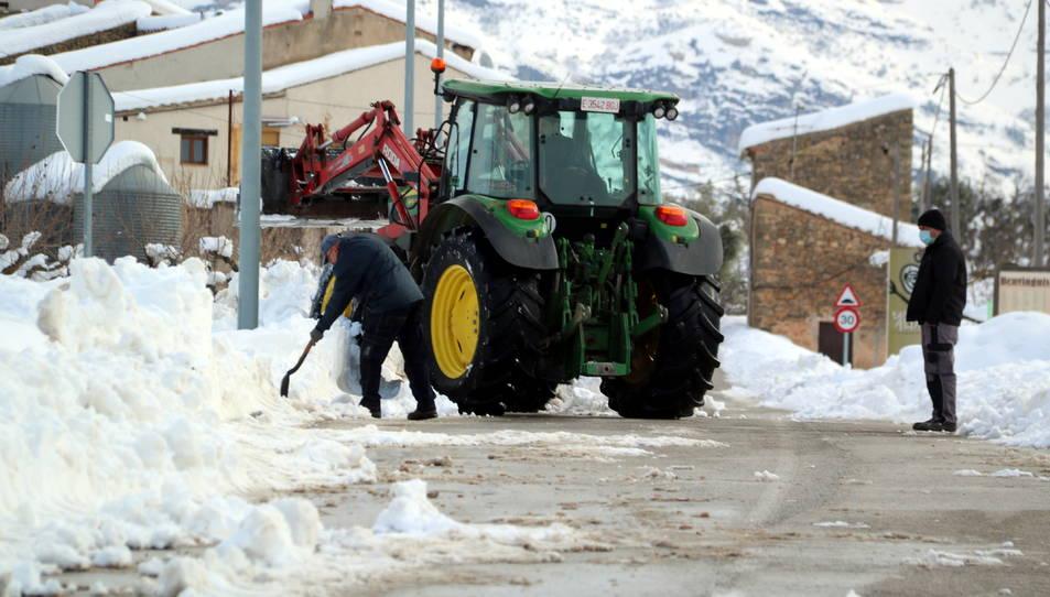 L'alcalde d'Arnes, Joaquim Miralles, i veïns del poble retirant neu per poder instal·lar un tercer generador elèctric al municipi.