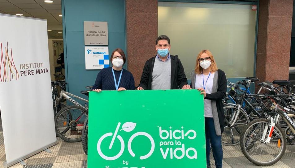 Representants de la Fundació Alberto Contador fent la donació de les bicicletes a representants del Hospital de Dia.