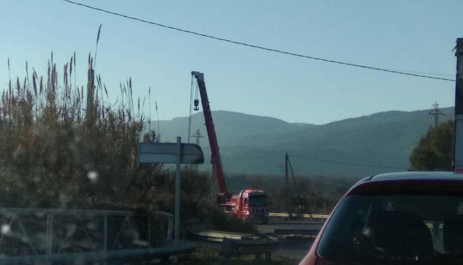 Imatge de la grua retirant el camió.