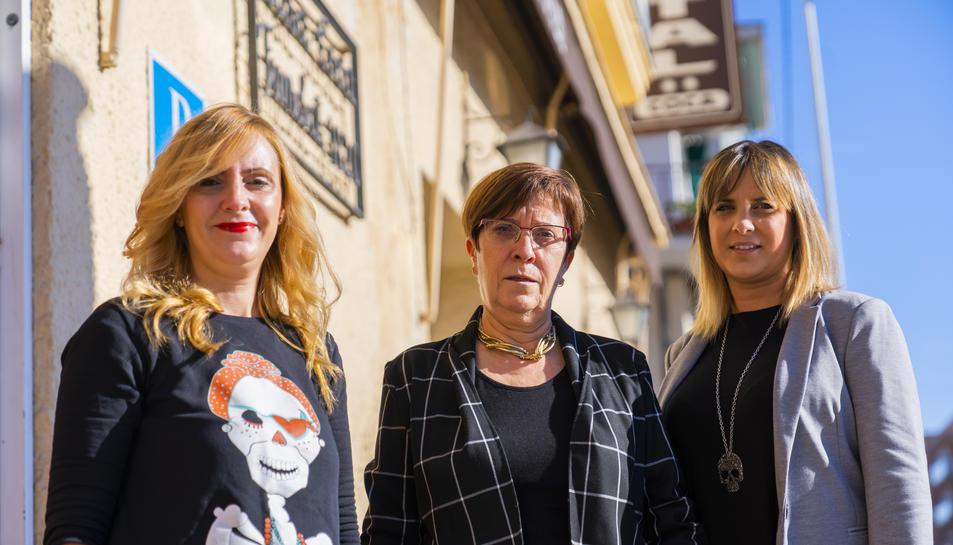 Matilde Martos, al centre, amb les seves filles Carolina i Meritxell Coca.