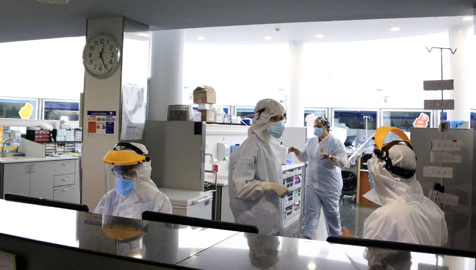 Professionals sanitaris treballant en una unitat d'UCI de l'Hospital del Mar amb pacients amb covid-19.