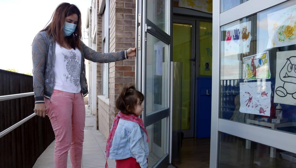 Una mare acompanyant la seva filla a la seva escola Bressol.