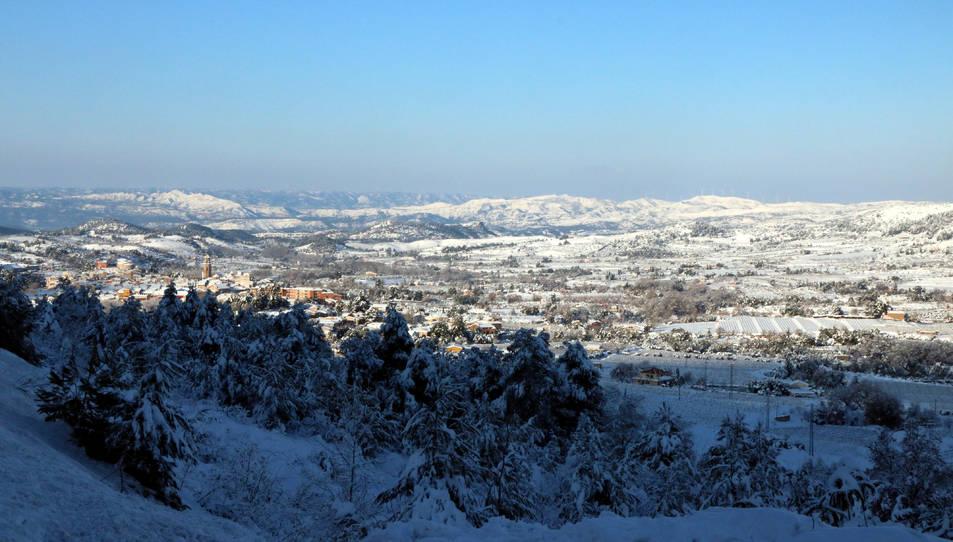La comarca del Priorat i de la seva capital, Falset, totalment coberta de neu ahir dilluns.