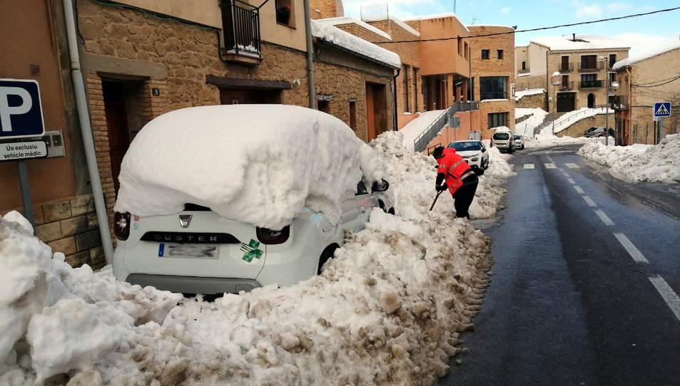 Els Bombers netejant l'accés al consultori mèdic aquest dimarts a Horta de Sant Joan.